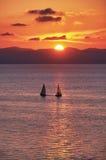 Yacht con il tramonto dorato Immagine Stock Libera da Diritti