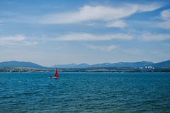 Yacht con la navigazione rossa della vela nel mare Fotografie Stock