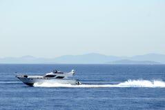 Yacht conduisant à vitesse normale très rapidement Photo libre de droits