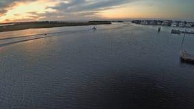 Yacht contro lo sfondo di una vista romantica di bello tramonto Alba della spiaggia, bello oceano stock footage