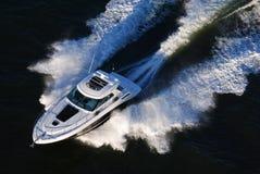 Yacht d'accelerazione al tramonto fotografia stock libera da diritti
