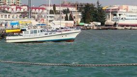 Yacht d'oscillazione al pilastro in Jalta, Crimea, Ucraina archivi video