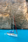 Yacht da Navagio Beach in Zacinto Fotografie Stock