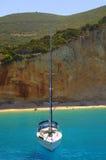 Yacht dans l'eau transparente, Grèce Images stock