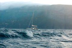 Yacht dans l'océan Images stock