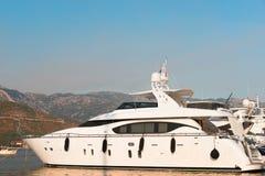 Yacht dans la baie de Kotor images stock