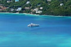 Yacht dans la baie de Magens, St Thomas, USVI Photographie stock libre de droits
