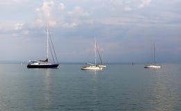Yacht dans la baie de la Mer Noire Photographie stock