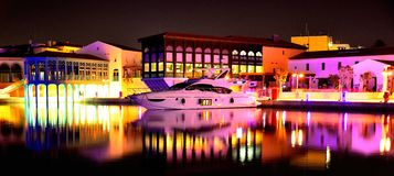 Yacht dans la marina la nuit image libre de droits