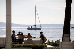 Yacht dans la ville de mer Photo stock