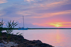 Yacht dans le coucher du soleil image stock