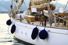 Yacht dans le dock Images libres de droits