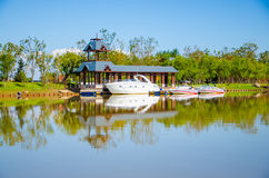 Yacht dans le lac Photographie stock