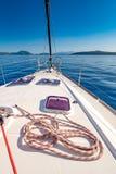 Yacht dans le littoral de la Grèce de la mer Méditerranée Photos libres de droits