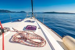 Yacht dans le littoral de la Grèce de la mer Méditerranée Photo libre de droits