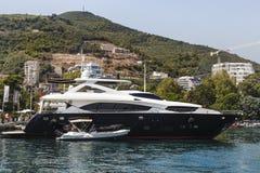 Yacht dans le port Photo stock