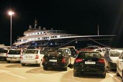Yacht dans Rovinj la nuit Photographie stock libre de droits