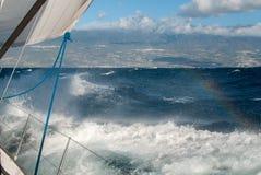 Yacht dans un océan orageux Photographie stock