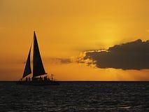 Yacht de coucher du soleil Photographie stock libre de droits
