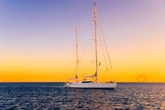 yacht de coucher du soleil
