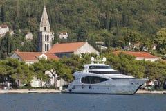 Yacht de luxe amarré contre le rivage Image libre de droits