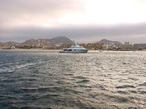 Yacht de luxe au coucher du soleil Images libres de droits