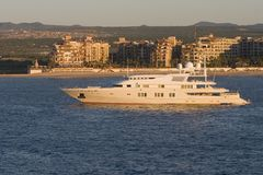 Yacht de luxe au lever de soleil Photos stock