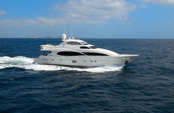 Yacht de luxe avec la ligne d'horizon image libre de droits