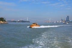 Yacht de luxe de bateau de puissance sur la mer bleue E photos libres de droits