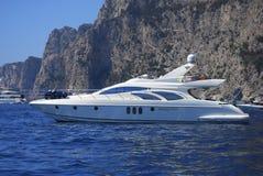 Yacht de luxe conduisant à vitesse normale en mer Photo stock