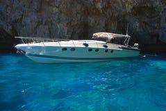 Yacht de luxe conduisant à vitesse normale en mer Image stock