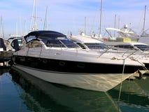 Yacht de luxe dans la marina Photo libre de droits
