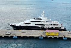 Yacht de luxe dans le port Photographie stock libre de droits