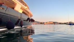 Yacht de luxe dans le port de port clips vidéos