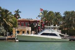Yacht de luxe de moteur sur l'île d'étoile à Miami Photos stock