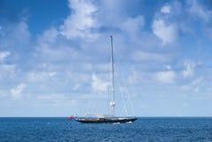 Yacht de luxe de navigation Photographie stock libre de droits