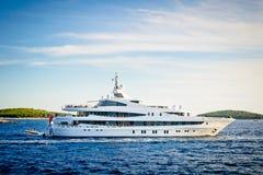 Yacht de luxe en coucher du soleil d'été Photos stock
