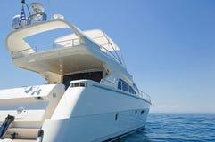 Yacht de luxe de moteur sur l'amarrage photographie stock