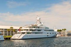 Yacht de luxe Pegasus de moteur V sur le côté de bord de mer dans le fort Lauderda Photo stock