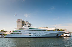 Yacht de luxe Pegasus de moteur V sur le côté de bord de mer dans le fort Lauderda Photographie stock