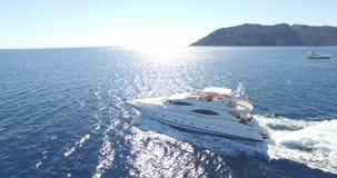 Yacht de luxe sur la mer clips vidéos