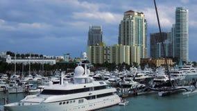 Yacht de marina de Miami Beach et paysages urbains des Etats-Unis de bateaux banque de vidéos