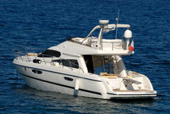Yacht de moteur en mer photo stock