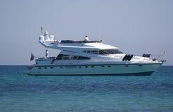 Yacht de moteur flottant sur l'océan Image libre de droits