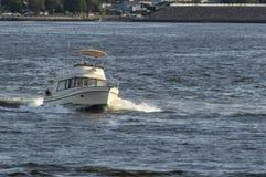 Yacht de moteur retournant au début de soirée de port photographie stock libre de droits