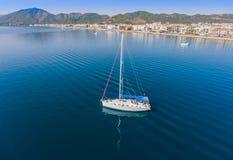 Yacht de navigation à l'ancrage près de la ville de Marmaris en Turquie image libre de droits