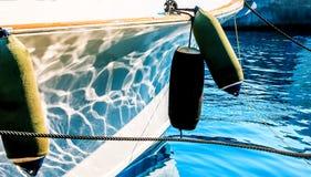 yacht de navigation accouplé dans la marina Amortisseurs cylindrique en gros plan Photos libres de droits