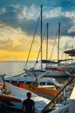 Yacht de navigation amarré à un pilier dans un port pittoresque dans le concept de transport de croisière de l'eau de voyage de c Image stock