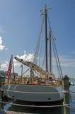 Yacht de navigation au dock images stock