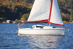 Yacht de navigation au rivage en automne Photographie stock libre de droits